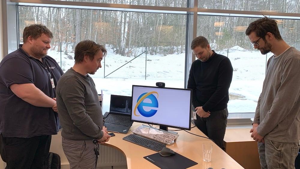 Ansatte i Komplett Bedrift tar et minutts stillhet for Internet Explorers bortgang