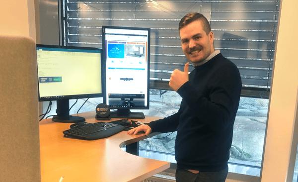Eirik Løver i Komplett Bedrift bruker hev og senk-pulten aktivt