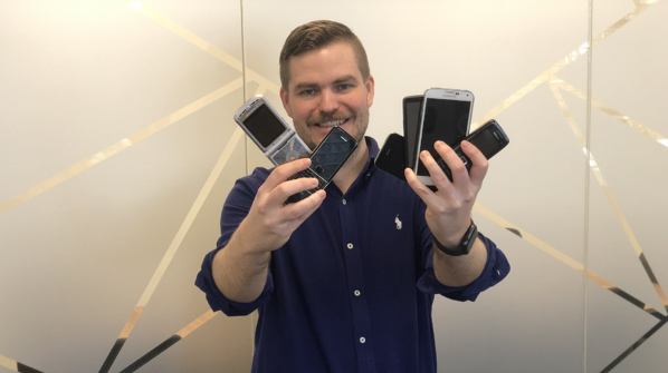 Eirik viser frem sine gamle mobiltelefoner