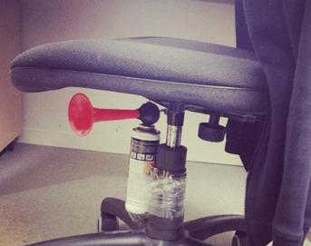 Kontorspøk med horn under stol