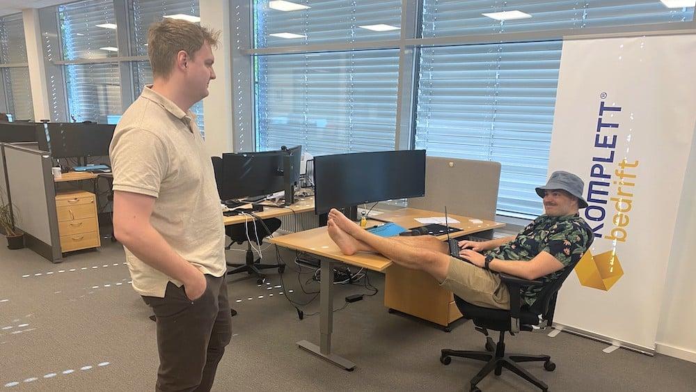 er det greit å gå med shorts på kontoret?