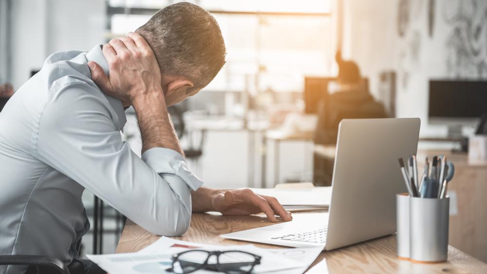 muskel- og leddsmerter på grunn av dårlige kontormøbler