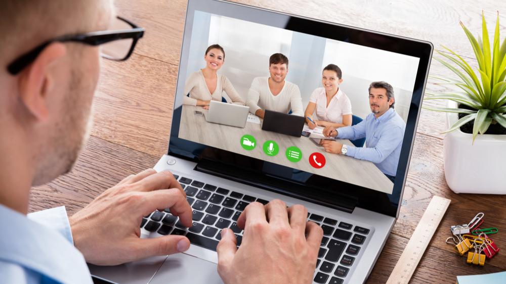 Gi et fast håndtrykk med en teknisk prikkfri videokonferanse